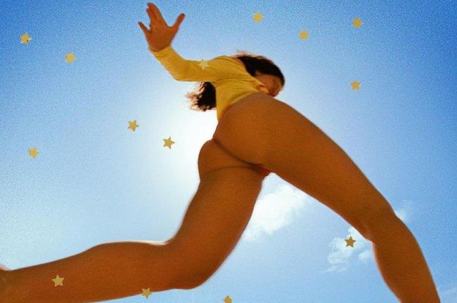 Capa do single mostra a cantora com maiô amarelo em uma praia no clima bem verão e o céu azul ocupando quase toda a imagem; estrelas amarelas decoram a imagem
