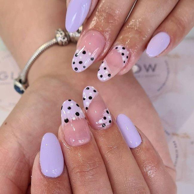 Inspiração de unha com nail art de bolinha com fundo lilás e delicada