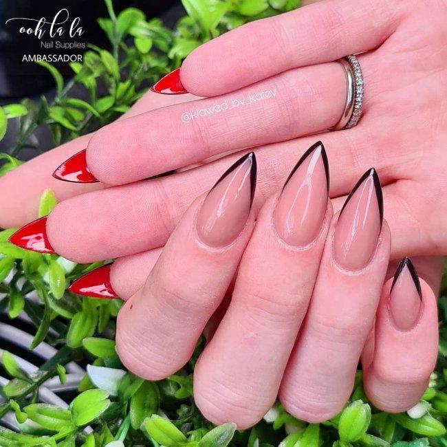 Foto com destaque para as mãos, exibindo Unha flipside com francesinha preta e interior vermelho.