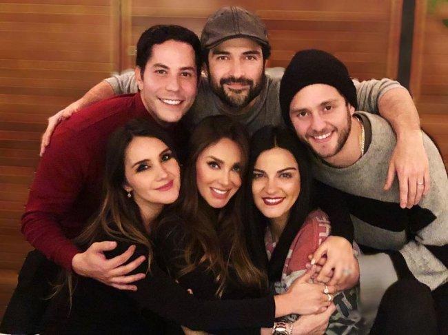 Christian Chávez, Dulce María, Alfonso Herrera, Anahí, Christopher Uckermann, Maite Perroni, do RBD, abraçados olhando para a câmera e sorrindo