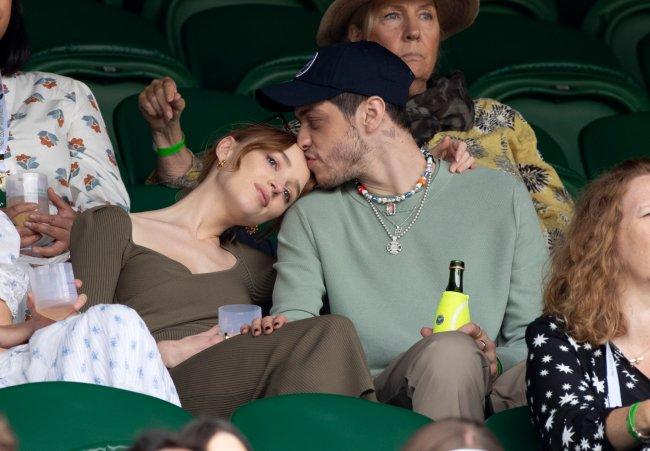 Pete Davidson beija a testa de Phoebe Dynevor enquanto ela encosta a cabeça em seu ombro