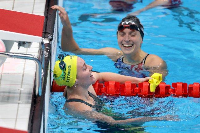 Foto de duas nadadoras olímpicas na piscina, após competição dos 400m livres