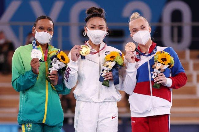 Sunisa Lee (ouro), Rebeca Andrade (prata) e Angelina Melnikova (bronze) no pódio olímpico