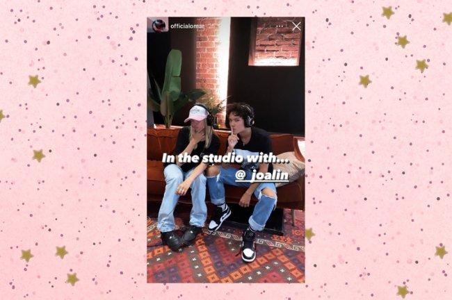 Omar e Joalin posando para foto sentados em sofá de estúdio de gravação.