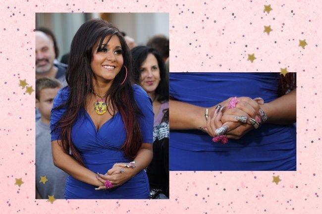 Snooki do reality Jersey Shore posando com vestido azul decotado e sorridente. Ao lado uma montagem com foco nas unhas.