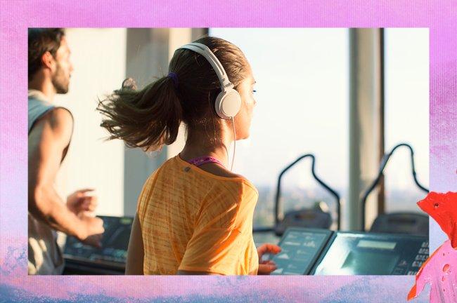Mulher usando camiseta laranja e headphones corre em esteira. Ao lado, um homem aparece usando regata e correndo em outra esteira