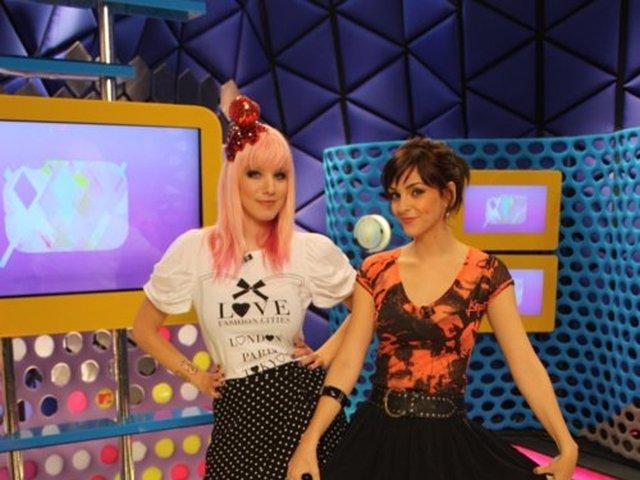 As apresentadoras Mari Moon e Titi Müller sorriem durante o Acesso MTV