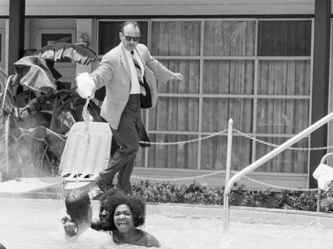 Homem branco joga ácido em pessoas negras que nadavam na piscina do seu hotel durante regime segregacionista nos EUA