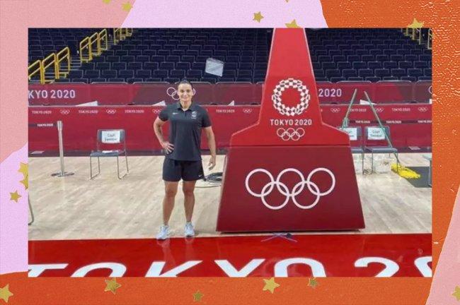 Árbitra posa em quadra de basquete nas Olimpíadas de Tóquio
