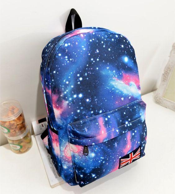 Foto de uma mochila escolar com estampa de galáxia.