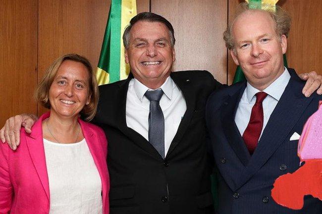 Bolsonaro abraçando uma deputada alemã de extrema-direita que flerta com o nazismo e seu marido