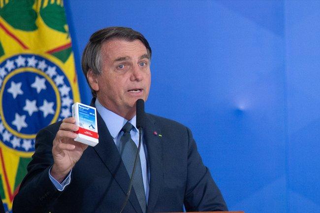 Jair Bolsonaro segura uma caixa do medicamento cloroquina