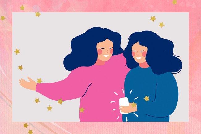 Ilustração de duas amigas se abraçando enquanto uma segura um celular