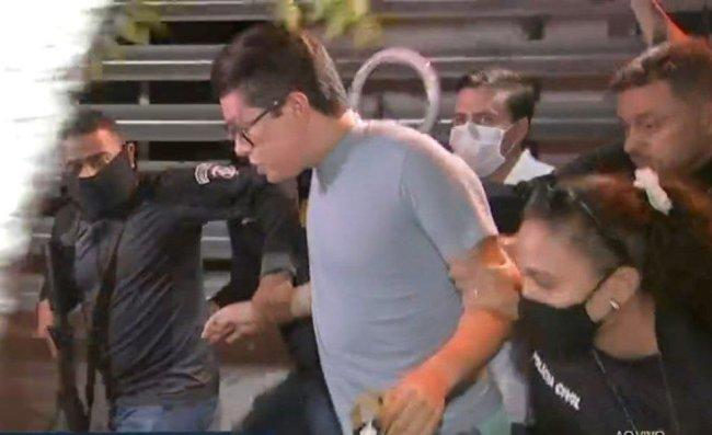 DJ Ivis é levado por policiais para a delegacia
