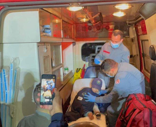 Criança é atendida em ambulância