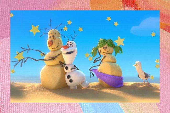 Foto do Olaf, de Frozen, muito feliz abraçando outros bonecos de neve, só que feitos de areia