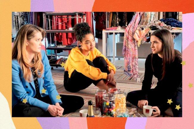 Sutton, Kat e Jane estão sentadas no chão conversando