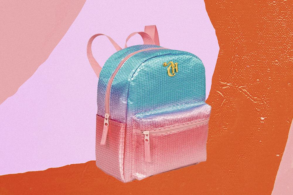 Mini bag de paetês azuis e rosas da CAPRICHO com a Sestini em fundo laranja e rosa