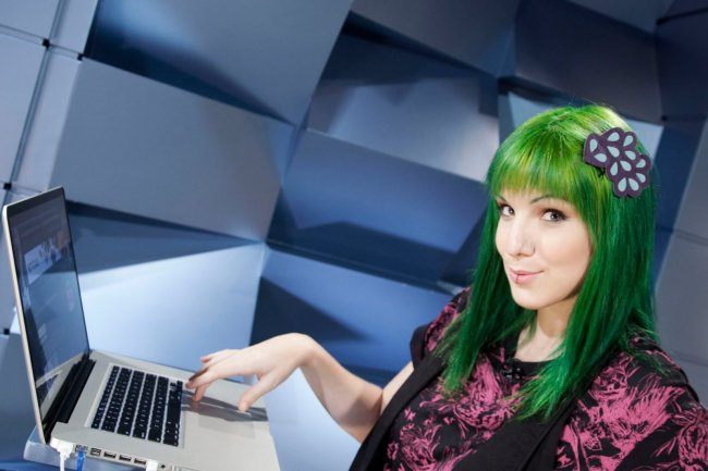 Mari Moon aparece usando o notebook durante Scrap MTV