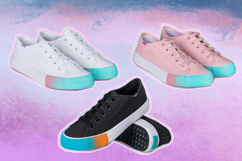 Montagem com três tênis da coleção da CAPRICHO Shoes. Um branco com detalhe em azul, um rosa com detalhe em azul e branco e um preto com detalhe em azul e branco. O fundo é em tons de azul e roxo.
