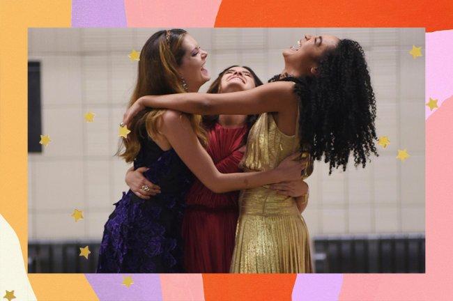 Sutton, Jane e Kat usam vestidos de festa e se abraçam no metrô