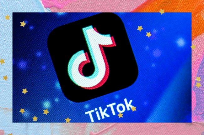 Logo do aplicativo TikTok em fundo de celular azul