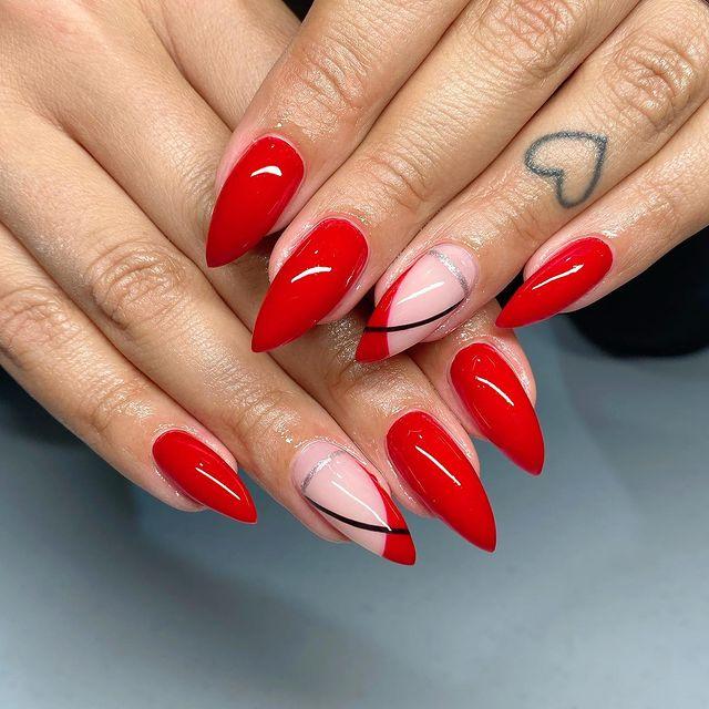Foto com foco nas mãos exibindo a nail art das unhas.