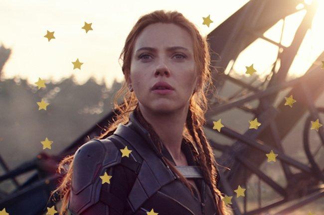 Natasha em cena de Viúva Negra; ela está olhando com expressão séria para frente com o rosto sujo e com destroços ao fundo da foto; estrelas amarelas decoram a imagem