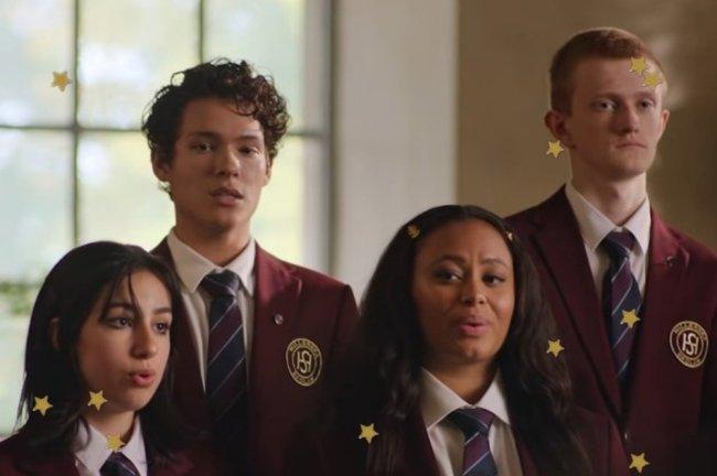 Personagens de Young Royals usando o uniforme do colégio da série e cantando em coral.