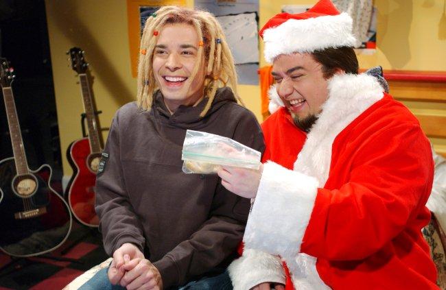 Jimmy Fallon contracenando com Horatio Sanz no SNL, em episódio que foi ao ar em 2002. Jimmy veste uma peruca loira com dreads e Horatio está fantasiado de Papai Noel