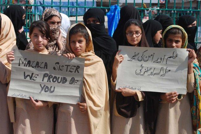Foto mostra meninas muçulmanas segurando cartazes com frases de agradecimento a Malala Yousafzai