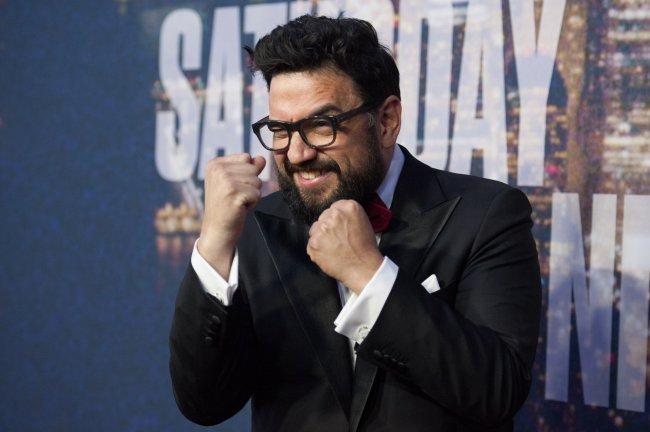 Foto de Horatio Sanz em um tapete vermelho, fingindo dar soquinhos no ar com as mãos