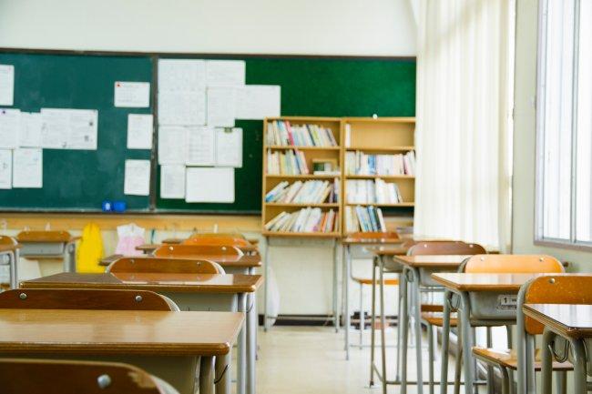 Imagem de carteiras escolares