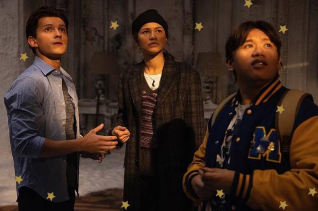 Foto com três personagens do filme homem-aranha olhando para o lado com expressão de preocupação.