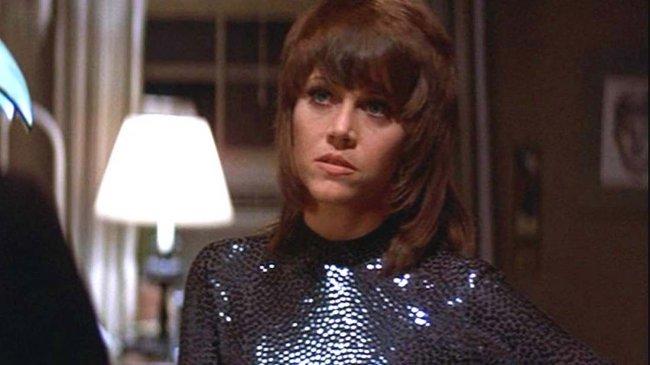 Jane Fonda com expressão séria em filme Klut