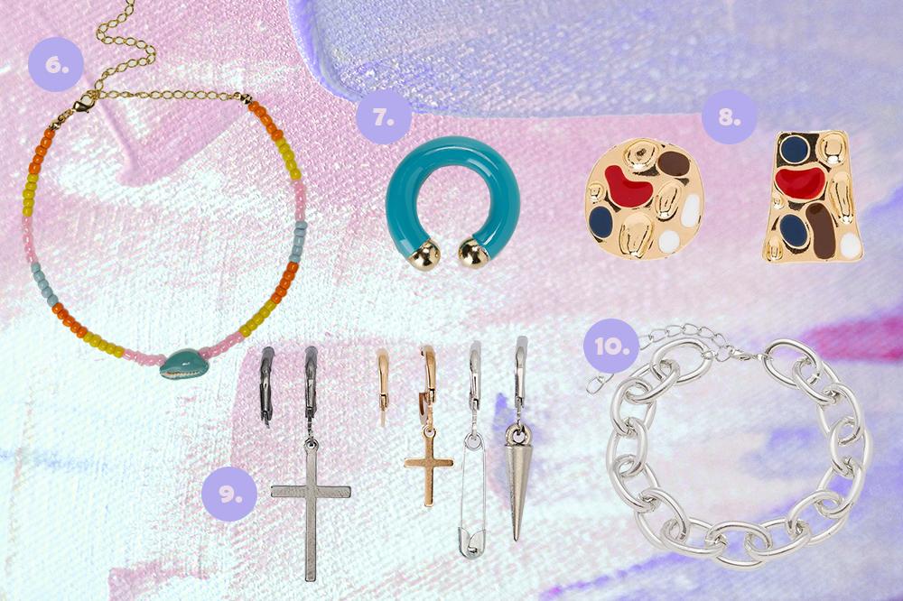 Montagem em fundo lilás e rosa com cinco opções de acessórios. Uma choker de miçangas, um ear hook azul, um brinco, um kit de brincos com cruzes em dourado e prata, uma pulseira de correntes prata.