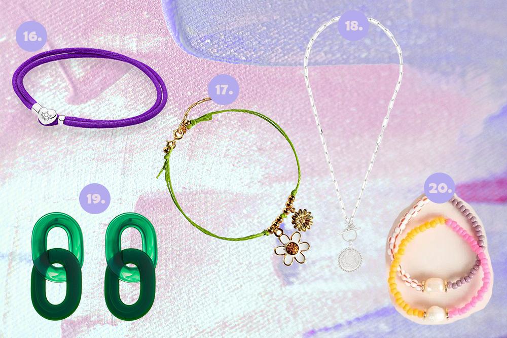 Montagem em fundo lilás e rosa com cinco opções de acessórios. Um bracelete roxo, uma tornozeleira verde, um colar de correntes com pingente de medalha, um brinco verde e um kit de duas pulseiras de miçangas.