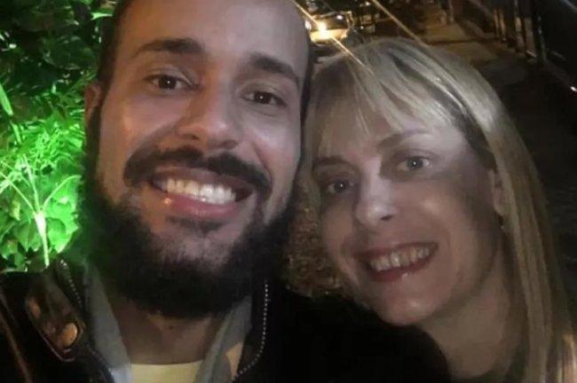 Selfie de um casal. à esquerda, Pedro Paulo, careca e com barba, é o suspeito por matar Cristiane, à direita, loira e sorrindo na imagem