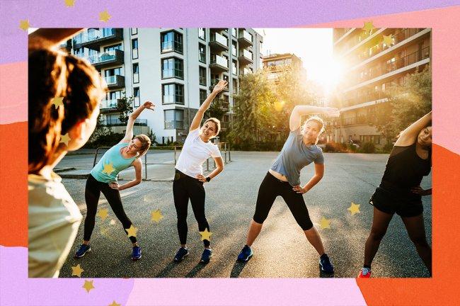 Grupo de mulheres aparece vestindo roupas para praticar exercício físico, no meio da rua, se alongando