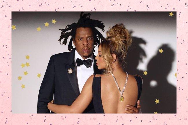 Foto do ensaio que a Beyoncé fez para a a marca Tiffany. Ela aparece de costas, abraçado ao Jay-Z, com o colar do diamante amarelo pendurado
