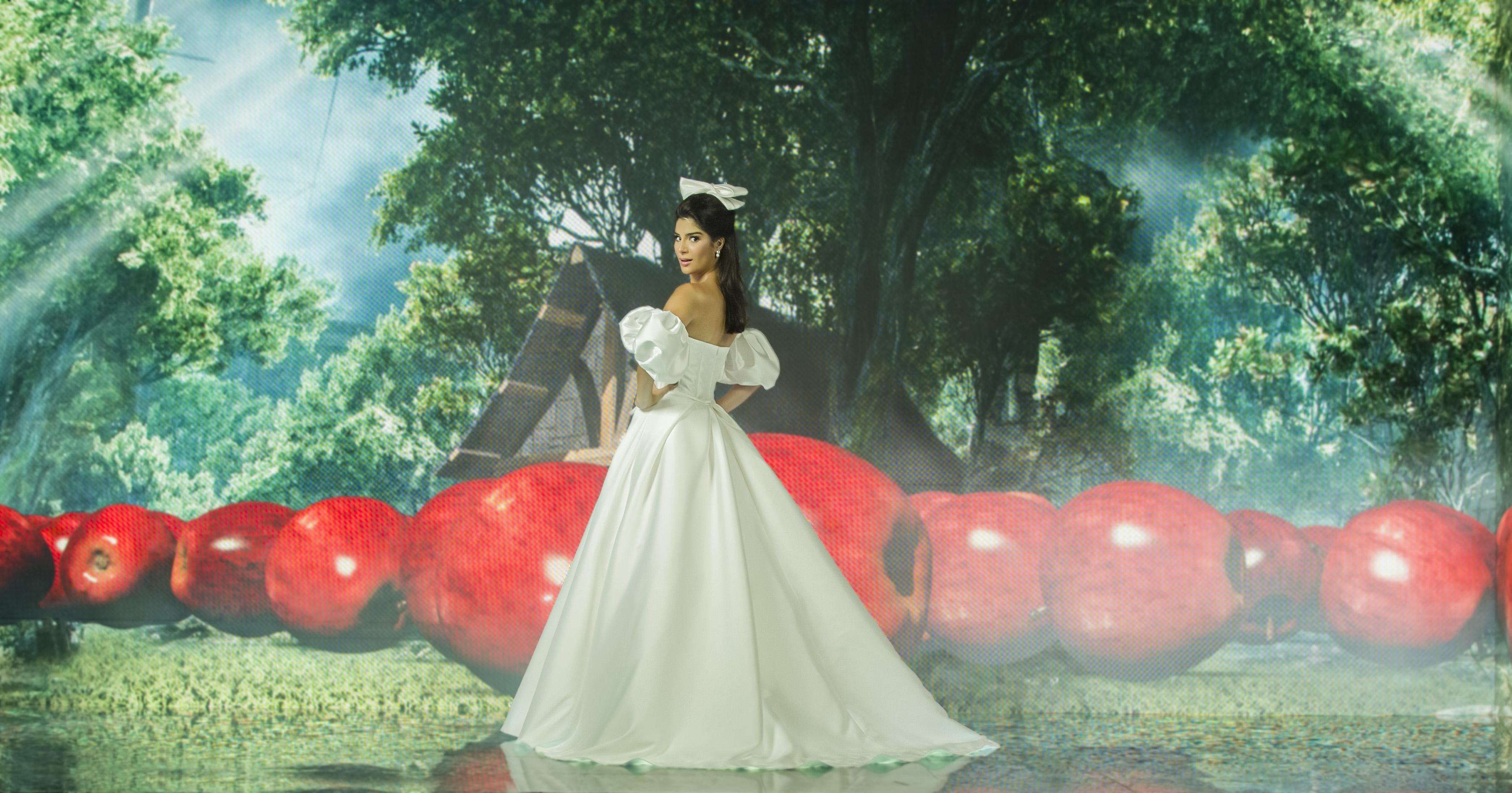 Júlia Horta com vestido inspirado na Branca de Neve. Ela está de costas com o rosto olhando para o lado.