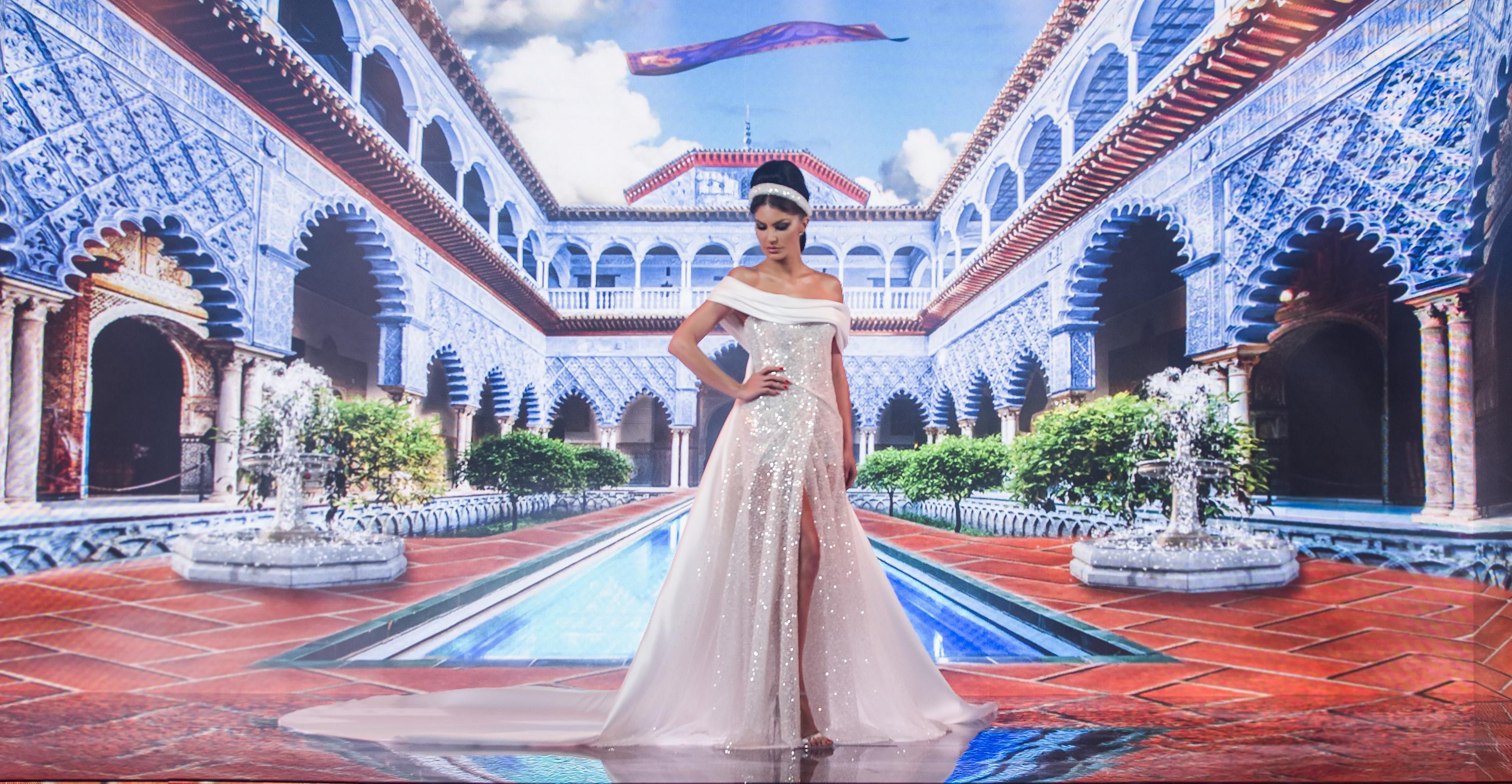 Juliana Martins com vestido inspirado na Jasmine. Ela está olhando para baixo com uma das mãos na cintura.