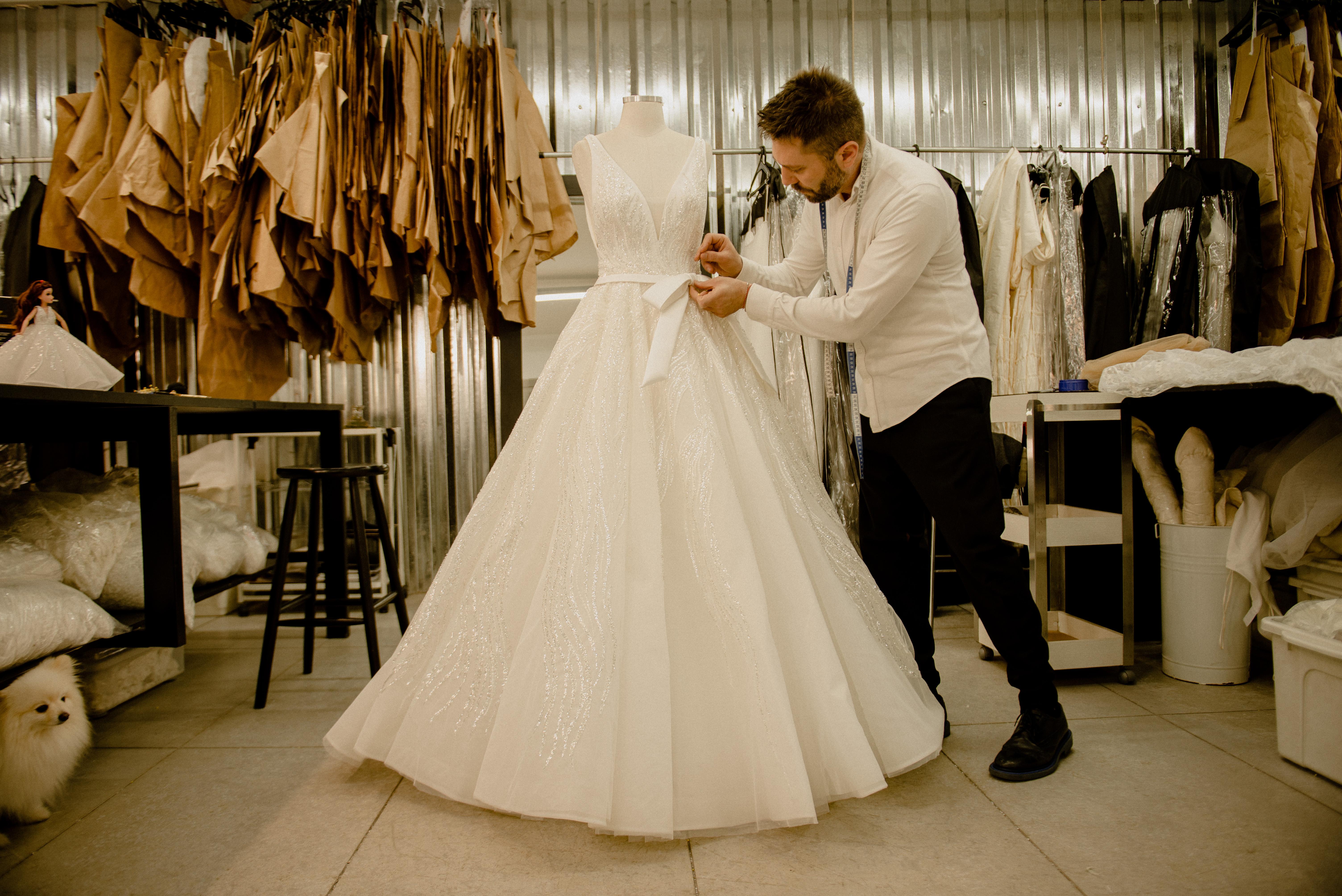 Lucas Anderi em seu ateliê fazendo um dos vestidos de noiva inspirados nas princesas da Disney