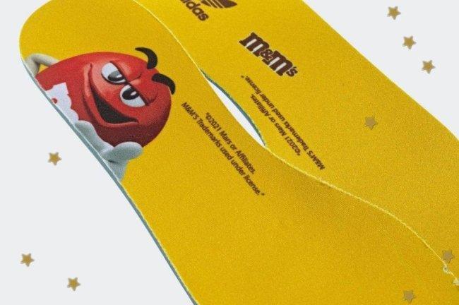 Detalhe da palminha amarela do tênis da Adidas em parceria com a marca M&M's.