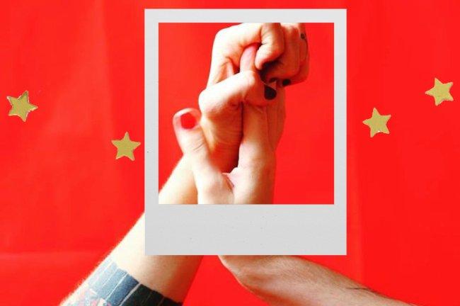 Colagem de fotos. Duas mãos de mulheres enroscadas. Em frente, uma moldura de polaroid