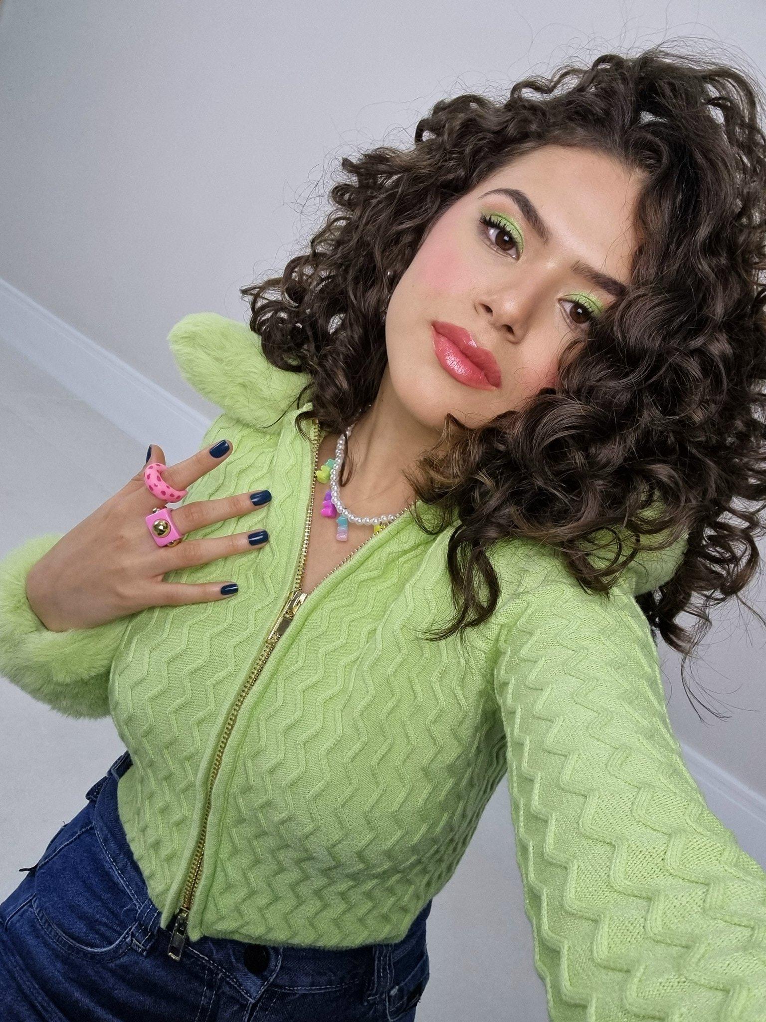 Maisa Silva usando cardigan verde, colar de miçangas e anéis chunky