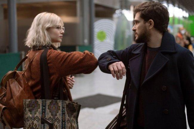 Personagens do episódio 3 de Modern Love se despedindo batendo os cotovelos para representar o modo de cumprimento durante a pandemia em que é necessário distanciamento social