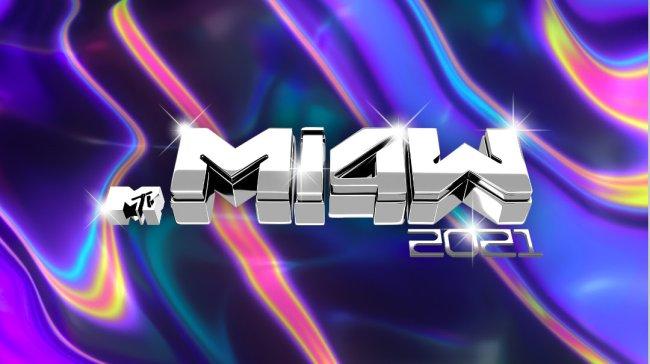 Logo do MTV Miaw 2021 escrito em uma letra prata brilhante em um fundo colorido em tons de roxo, rosa, preto, verde com estética psicodélica/disco