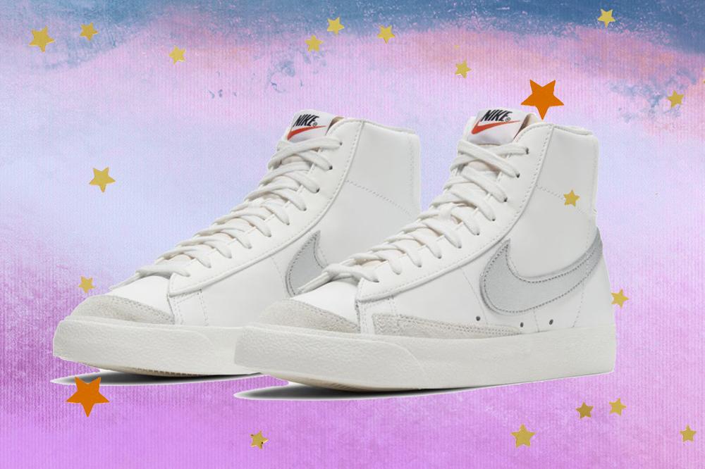 Montagem do tênis Nike Blazer Mid 77 Vintage branco em fundo degradê de lilás e azul com estrelas douradas e laranjas