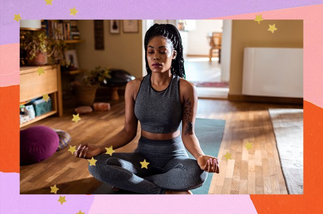Mulher aparece usando conjunto cinza, de pernas cruzadas e meditando